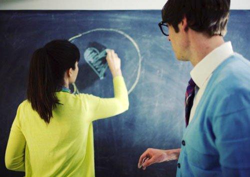 Молодая студентка и преподаватель
